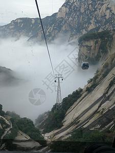 云雾缭绕中的华山图片