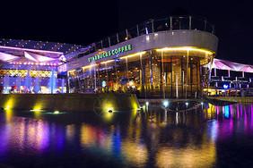 城市夜景水上咖啡厅图片