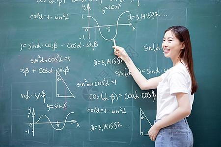 黑板上讲课的老师图片