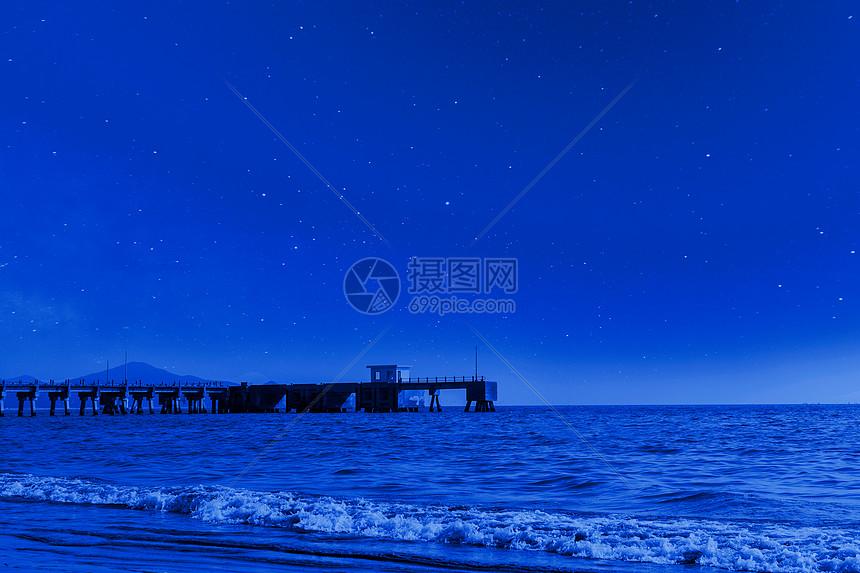 星空下的海边景色