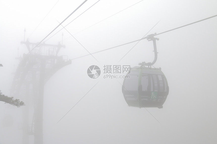 黄山云雾中的缆车图片