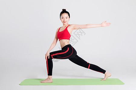 瑜伽动作三角转动式棚拍图片