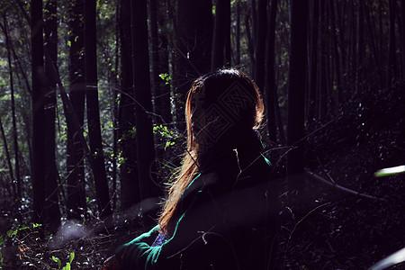 森林里的女孩图片