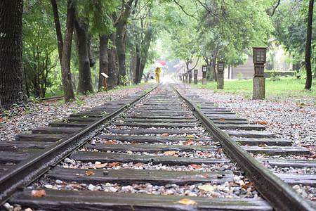 雨天火车轨道图片