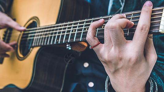 弹吉他图片
