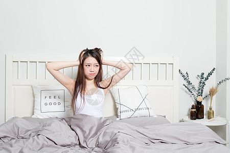 女生起床烦躁抓头发图片