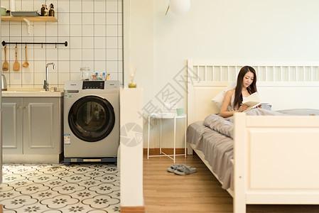 坐在床上看书的女生图片