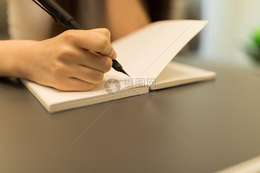 美女看书写字特写