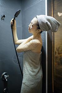 在浴室里准备洗澡的女生图片