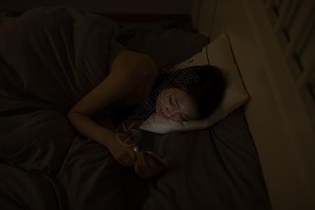 深夜熬夜玩手机的年轻人图片
