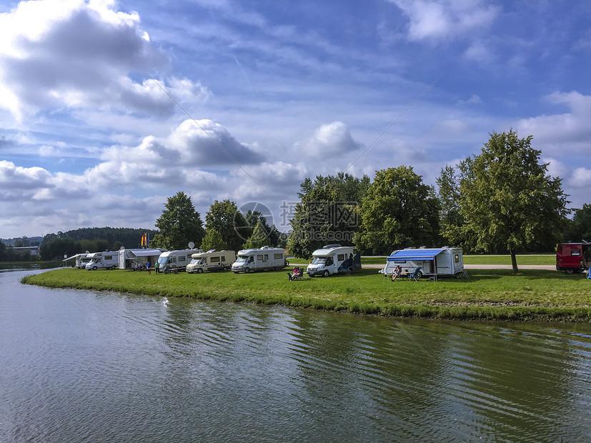 欧洲河岸上的休闲度假房车图片