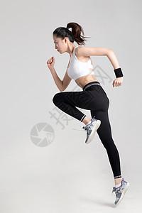 女性跑步动作白底棚拍图片
