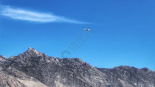 雅江河畔上空的飞机图片