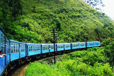 行驶在斯里兰卡高山茶园的火车图片