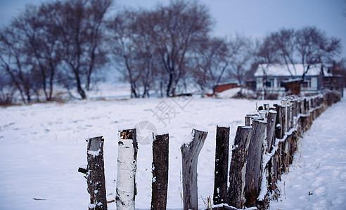 冬天美丽的雪景木篱笆图片