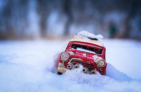 冬天雪中红色的玩具车图片