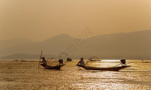 湖上渔夫捕鱼表演图片