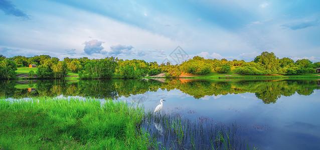 湖畔美景图片