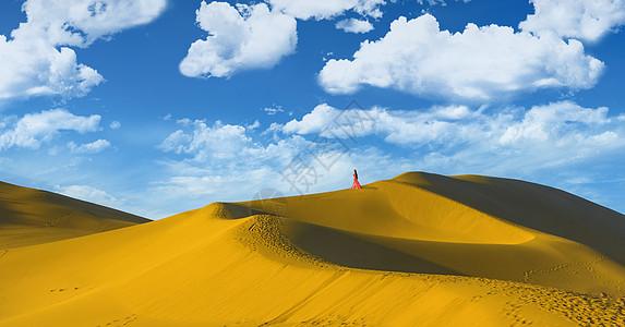 鸣沙山上的美女图片