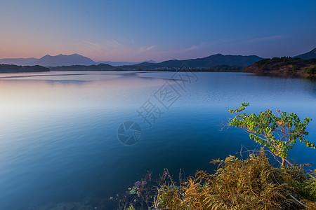 秋日湖面晚霞图片