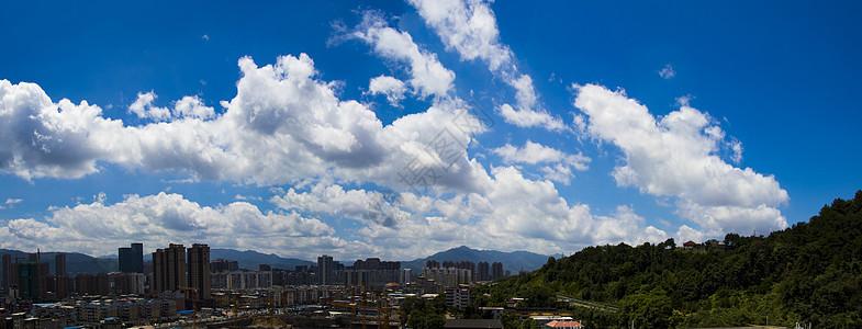 晴空下的城市图片