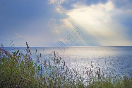 天空耶稣光下的一片大海图片