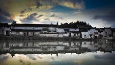 傍晚池塘边的徽派建筑水乡古镇图片