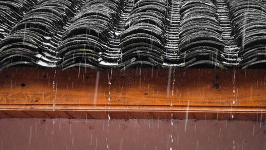 雨天的中式古建筑屋檐瓦片图片