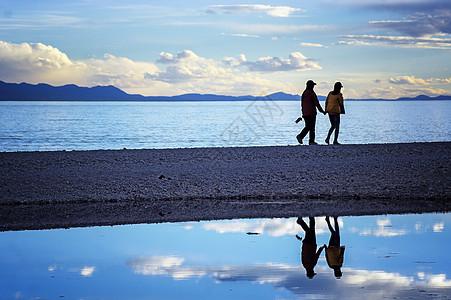 湖边牵手散步图片