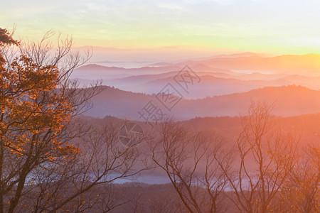 金色阳光山峦起伏图片