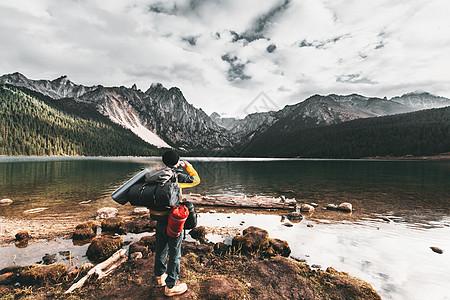 户外徒步旅行的背包客图片