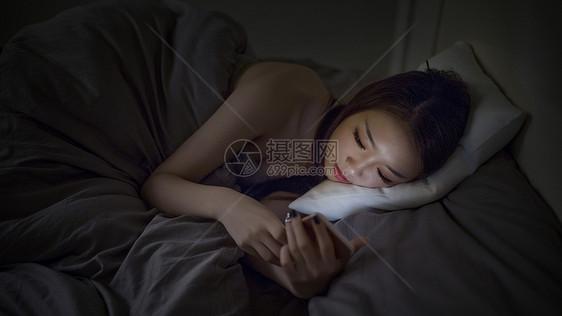 深夜睡前躺着玩手机的女生图片