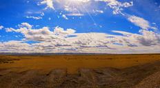 新疆阿勒泰蓝天白云戈壁沙漠图片