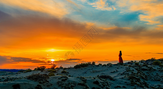美女沙漠观落日图片