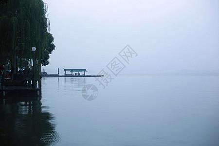 烟雨朦胧的江南湖面小船摇曳图片