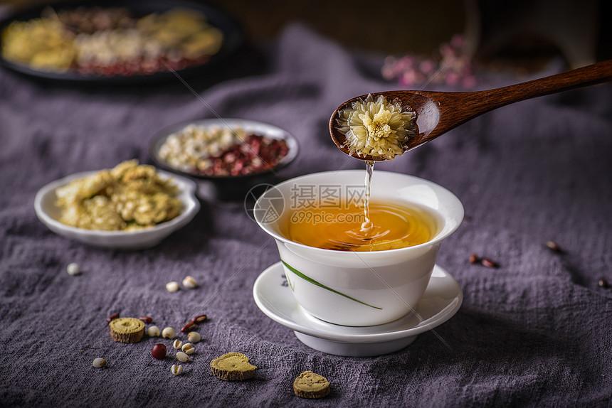 浸泡的菊花茶图片