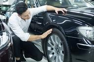 检查汽车轮胎图片