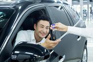 汽车销售成交交付钥匙图片