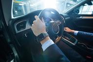 商务人士驾驶试驾汽车握方向盘 500676962图片