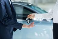 汽车销售交付钥匙图片