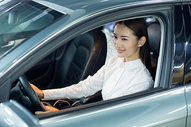 商务人士驾驶试驾汽车握方向盘 图片