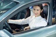 商务人士驾驶试驾汽车握方向盘 500676979图片