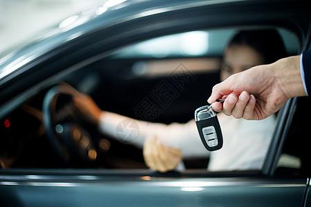汽车销售成功交付钥匙图片