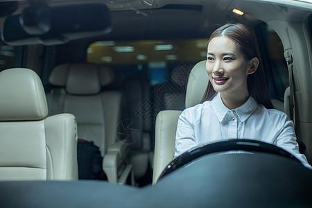 商务女士驾驶着商务车图片
