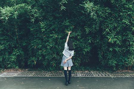 日系小清新女生背影图片