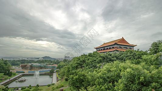 绿树环绕的中国古建筑图片
