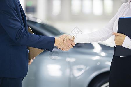 汽车销售员与顾客握手图片