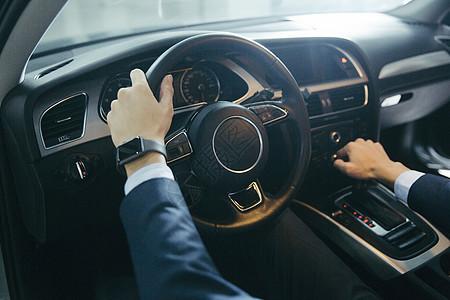正在驾车的男士的手部特写图片