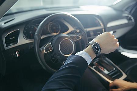 驾车男士在看手表的特写图片