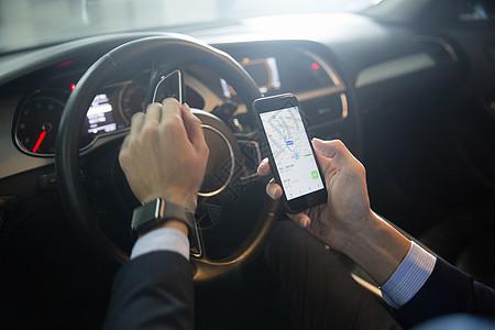 驾车男士在查看地图的手部特写图片